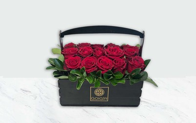 گل رز قرمز در جعبه چوبی